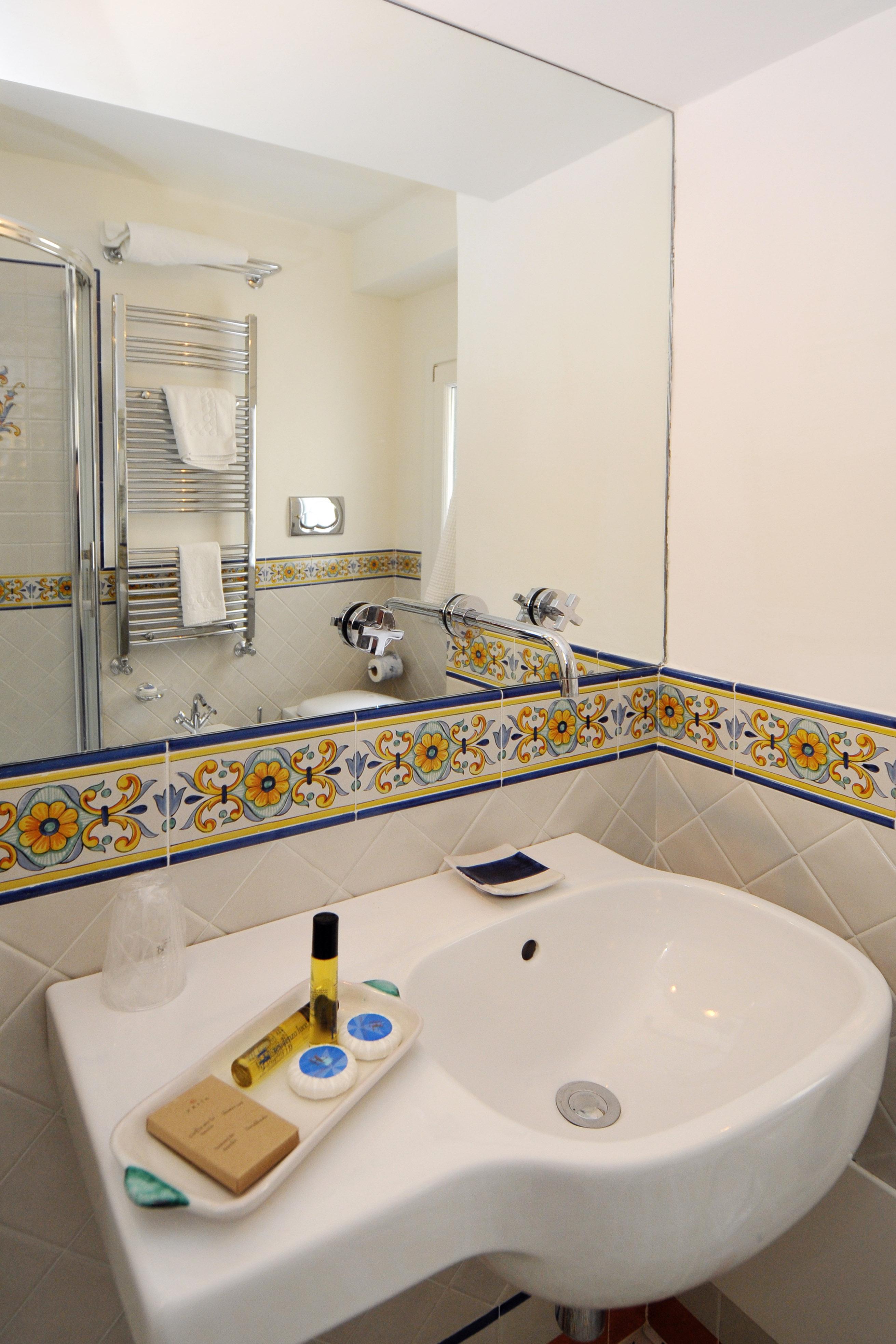 Bagni In Ceramica Di Vietri.Camere Standard Residenza Luce Boutique Hotel Amalfiamalfi